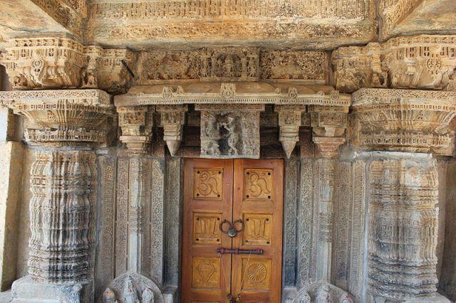 Door_jamb_and_lintel_over_entrance_into_Lakshmi_Narasimha_temple_at_Vignasante
