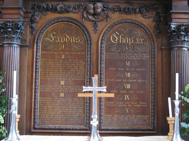 Ten_Commandments_altar_screen_in_the_Temple_Church_London